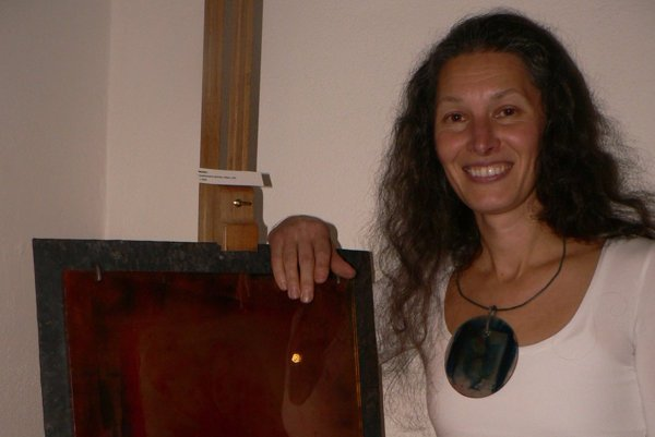 Evla Vlašičová s obrazom, ktorý pôjde na výstavu do Poľska. Na krku má vlastný šperk s fotografiou.