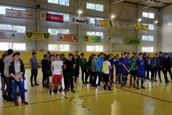 Nástup účastníkov turnaja pri slávnostnom vyhlásení výsledkov. ZŠ Devínska uprostred.