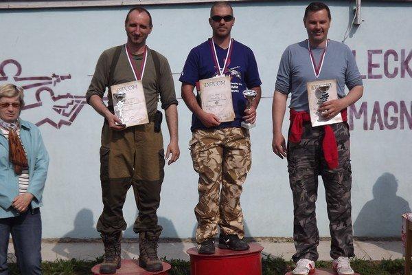 Najlepšia trojica v kategórii mužov zľava 2. Peter Gyürüsi, víťaz Ján Kováč atretí Richard Nosian.