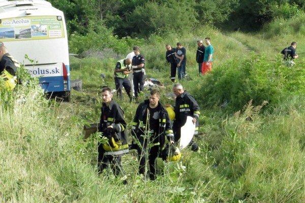 Autobus sa po nehode prevrátil, na fotke je už na kolesách.
