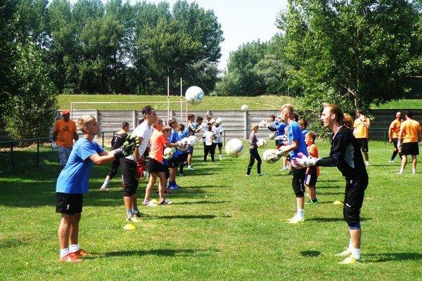 Mladí brankári pri cvičeniach s loptou