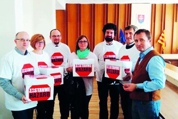 Petičné hárky odovzdali členovia výboru primátorovi mesta vmarci.