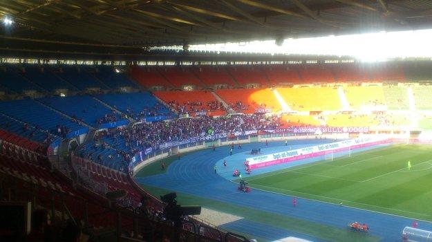 Sektor domácich fanúšikov v 10. minúte bol prázdnejší, ako ten hosťujúci, v ktorom môže byť zhruba 2500 fanúšikov.