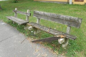 Lavičky pravdepodobne zničili vandali.
