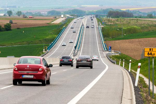 Na rýchlostnej ceste budú až do začiatku septembra obnovovať vodorovné dopravné značenie.