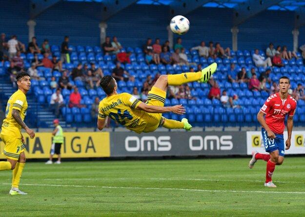Martin Koscelník (v strede) z Michaloviec sa pokúša o akrobatické zakončenie.