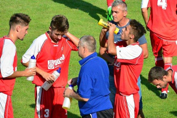 Omladený tím Šale začal sezónu víťazne. Jediný gól - zato krásny - strelil iba 18-ročný Denis Tóth (druhý zľava).
