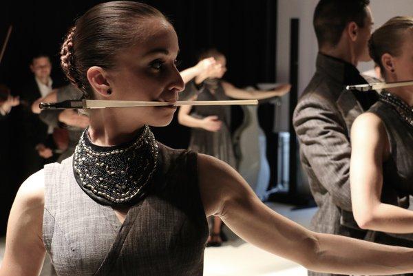 Inscenáciu Fine Tuning uviedli Ifjú Szivek vAvignone takmer tridsaťkrát, na festivale tancovali celý júl. Bratislavskú premiéru budú mať koncom septembra.
