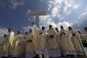 Preláti čakajú na príchod pápeža Františka.