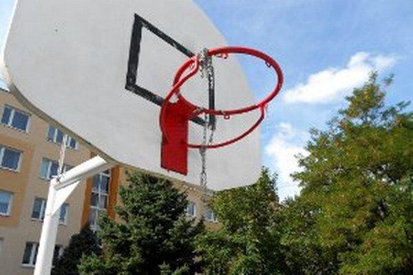 Nové basketbalové koše dlho nevydržali.