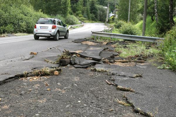 V jednom úseku voda z cesty strhla celé kusy asfaltu.