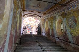 Výjav zmŕtvychvstania nad svätými schodmi banskoštiavnickej kalvárie.