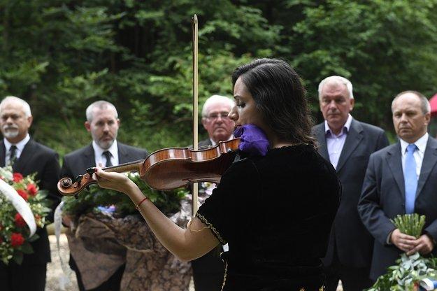 Huslistka Barbora Botošová (uprostred) vystupuje počas pietnej spomienky pri príležitosti Pamätného dňa rómskeho holokaustu.