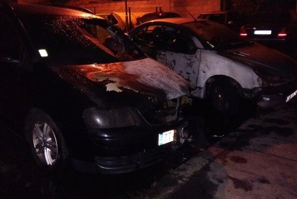 Autá zhoreli na Hospodárskej ulici.