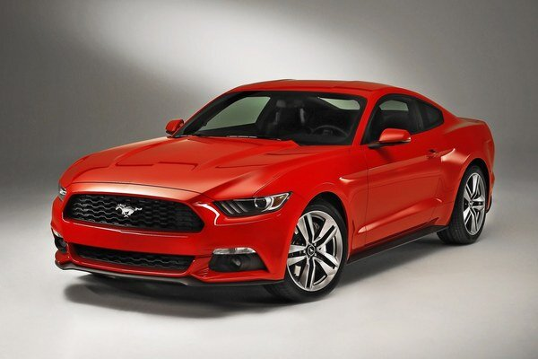 Športové kupé Ford Mustang. Americký Mustang, dodávaný s päťlitrovým osemvalcom alebo 2,3-litrovým štvorvalcom, bol vlani najpredávanejším športovým autom sveta za rok 2015.