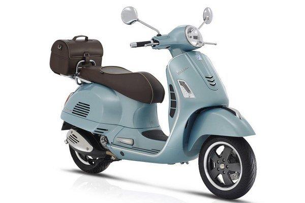 Vespa GTS 300 Settantesimo v jubilejnom vyhotovení. Pred 70 rokmi podala talianska firma Piaggio patentovú prihlášku na skúter, ktorý na základe svojho vzhľadu dostal prezývku vespa – osa.