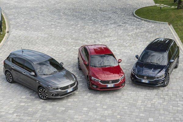 Tipo sa vyrába v troch karosárskych verziách. Sedan (v strede) mal premiéru vlani v Istanbule, päťdverový hatchback (vľavo) a kombi debutovali tohto roku v Ženeve.