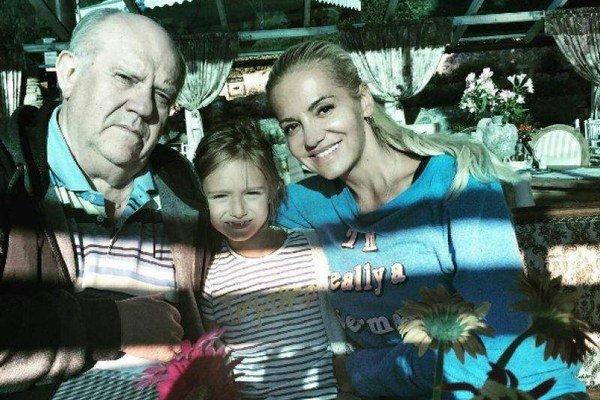 Dara s otcom a dcérou Laurou. Práve otec ju viedol k spevu.