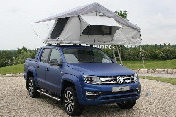 Inovovaný pikap VW Amarok s dvojitou kabínou. Na strechu vozidla možno upevniť stan firmy Campwerk, čím sa z pikapu stane takpovediac provizórny obytný automobil.