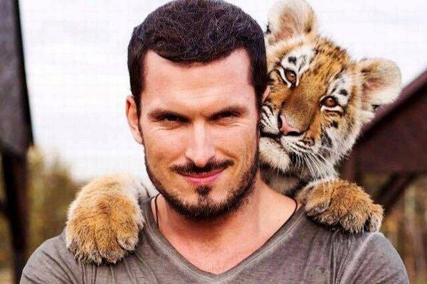 Kolega s rešpektom. Janko si uvedomuje, že tigra nehodno stresovať.