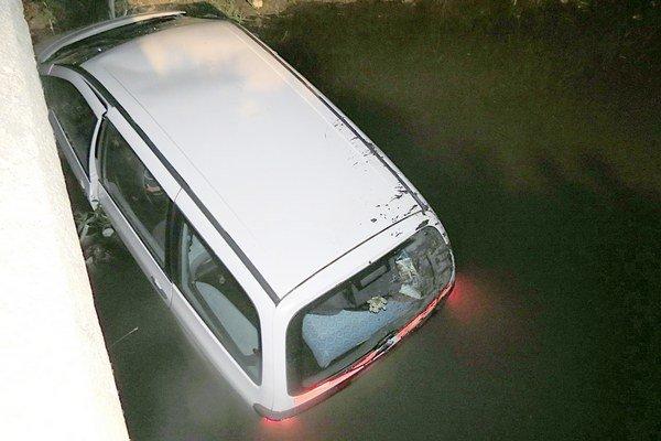 Opitý vodič skončil s autom v potoku.
