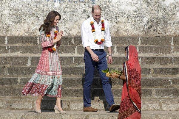 Svieže farebné šaty zvolila mladá vojvodkyňa na program, ktorý bol nabitý rôznymi akciami. Najskôr v nich spolu s manželom navštívila vodnú nádrž na rieke Banganga, neskôr si v tomto outfite zahrala futbal a kriket.