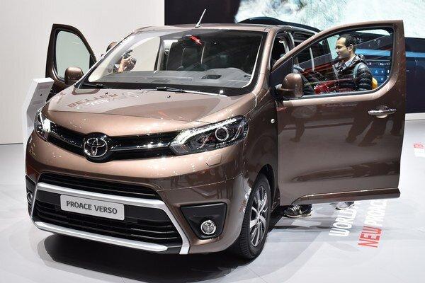 Toyota Proace Verso prepraví až deväť cestujúcich. Model Proace Verso je jedným z trojice technicky zhodných vozidiel, ktoré spoločne vyvinuli firmy Toyota, Peugeot a Citroën.
