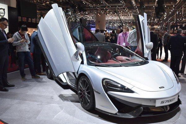 """Britský superšportiak McLaren 570GT. Model 570GT je """"civilnejšou"""" verziou športovejšieho modelu 570S a je vystrojený tak, aby umožnil príjemnejšie cestovanie aj na dlhšie vzdialenosti."""