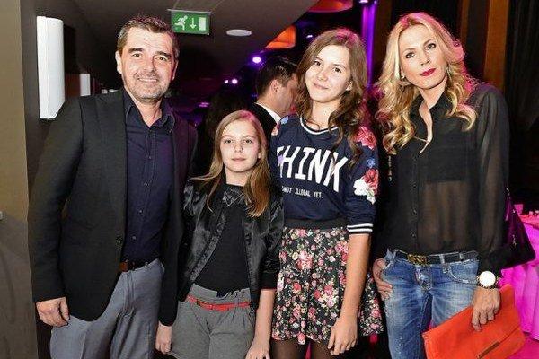 Peter Kočiš s rodinou. V ich kruhu oslávil svoje jubileum.