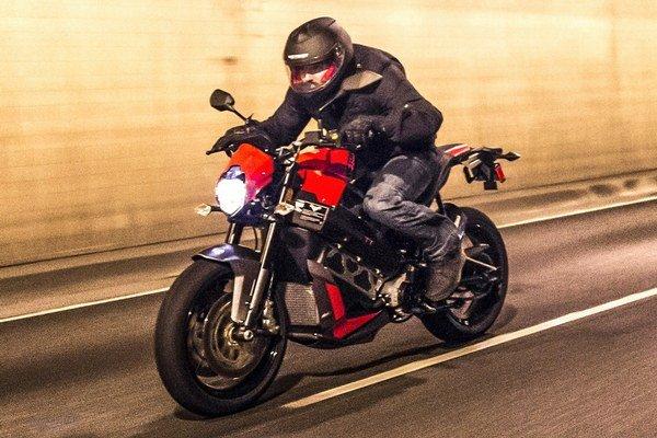 Elektromotocykel Victory Empulse TT. Na pohon motocykla Empulse TT, ktorý americká firma Victory začne vyrábať koncom roka, slúži elektromotor výkonu 40 kW.