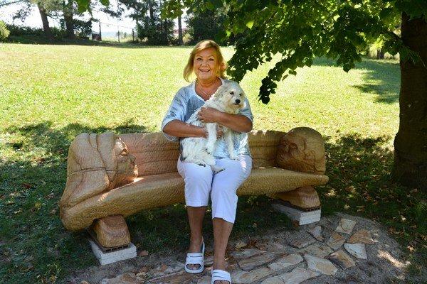 Pod lipou, ktorú kedysi s Petrom zasadili, stojí lavička s podobami manželov.
