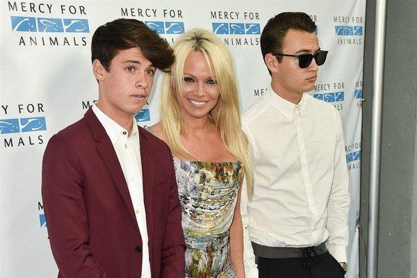 Hrdá mama. Z Dylana a Brandona vyrástli zaujímaví mladí muži.