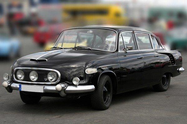 """Tatra 603 s originálnou trojicou svetlometov. Šesťstotrojka si vyslúžila prezývku """"papalášsky"""" automobil, pretože slúžila výhradne popredným predstaviteľom vtedajšieho Československa."""