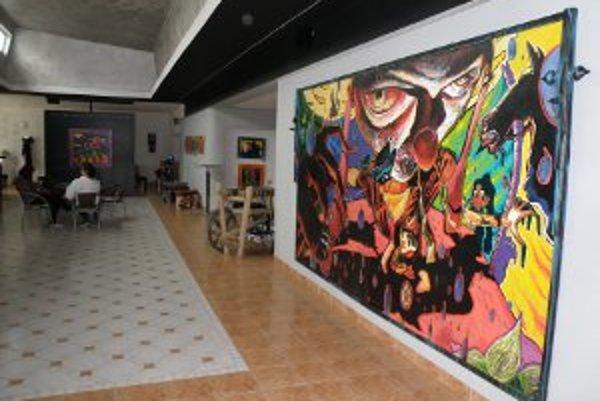 Boris Jirků v Art galérii v Prievidzi vystavuje aj veľkoplošné obrazy.