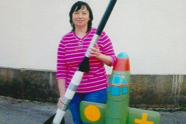 Janette Němcová s dvojstupňovou výškovou raketou a raketoplánom Natter z 2. sv. vojny.