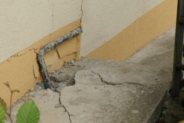 Pre deformácie na svahoch sú poškodené domy aj chodníky.