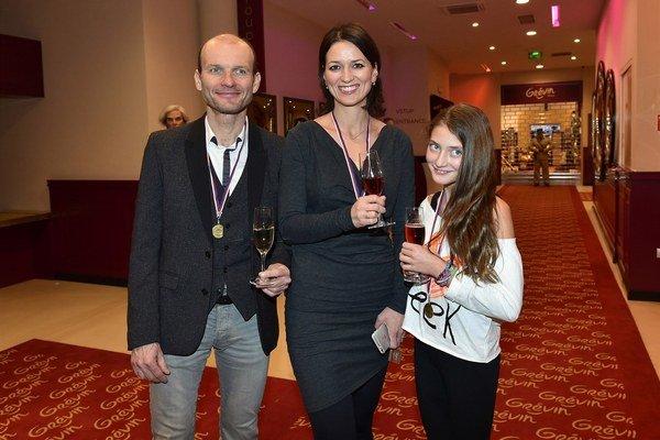 Adela s bratom a dcérou. Stretávajú sa v práci aj súkromí.