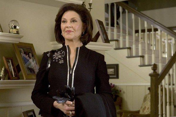 Mama Lorelai- Emily Gilmorová. Emily Gilmorová, babička Rory je chodiaca potvora. Lorelai s ňou od narodenia Rory neudržiavala kontakty. Je to vysoko postavená žena, ktorá puding považuje za podradné jedlo a služobníctvo mení tak často, že si nepamätá ani