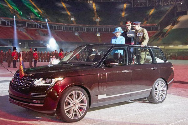 Nový prehliadkový automobil pre britskú kráľovnú. Špeciálne pre kráľovnú vyrobený Range Rover má hybridný hnací systém a môže jazdiť na čisto elektrický pohon.