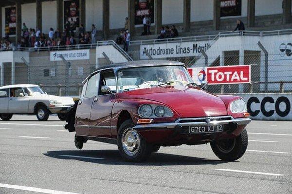 """Citroën DS 19 na troch kolesách. Citroën prestáva vyrábať hydropneumatický systém pruženia, ktorý umožňoval urobiť z modelu DS 19 """"trojkoliesku""""."""