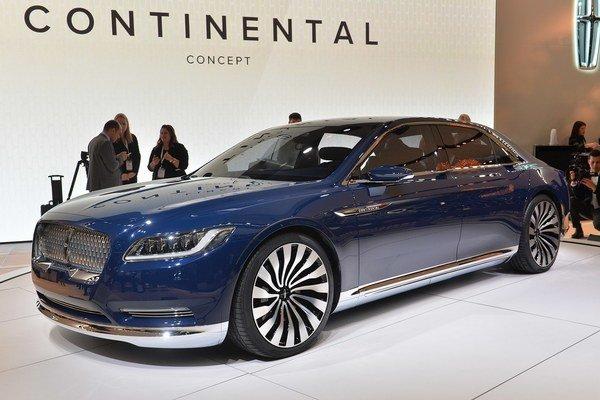 Koncepčný luxusný Lincoln Continental. Sériová limuzína Continental, poháňaná prepĺňaným trojlitrovým vidlicovým šesťvalcom, by sa mala na trhu objaviť v roku 2016.