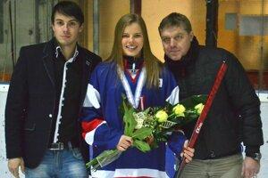 Bronzová medailistka Lenka Čurmová. Vedľa nej vľavo manažér HK Mládež Jozef Čurma, napravo mládežnícky tréner Martin Stripai.
