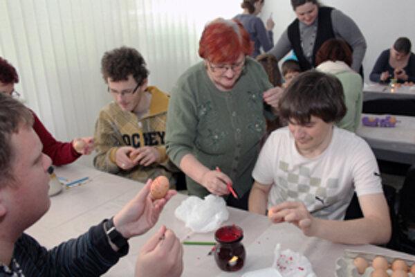 Ľudmila Bátorová učila vytvárať kraslice aj chlapcov.