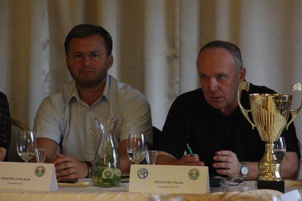 Aktív tretej ligy. Predseda VsFZ Richard Havrilla (vľavo) a predseda ŠTK VsFZ Štefan Olšavský.