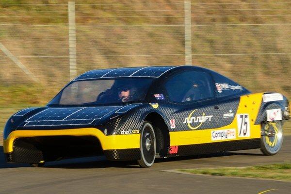 Austrálsky elektromobil Sunswift eVe. Podtext: Sunswift absolvoval 500 kilometrov priemernou rýchlosťou 100 km/h, čím prekonal doterajší, už 26 rokov starý rekord.