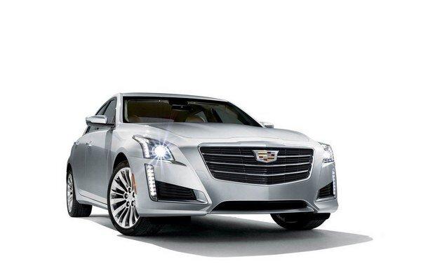 Modernizovaný Cadillac CTS. Podtext: Pozmenená je najmä predná maska, na ktorej je veľké firemné logo už bez vavrínového venčeka, nové sú aj reflektory.