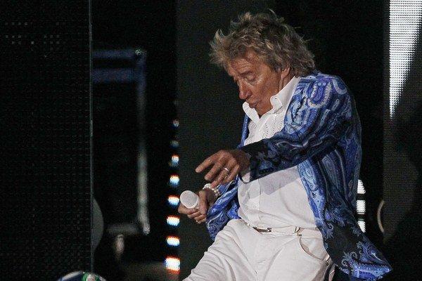 Legenda Rod Stewart. Známy je tým, že zvykne kopať počas vystúpení podpísané lopty medzi divákov a diváčky.