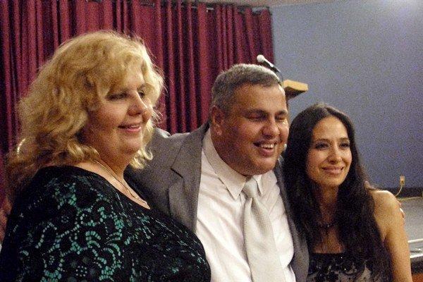 Maroš v objatí dám. Naľavo manželka, vpravo kanadská operná speváčka Anna Morrone.