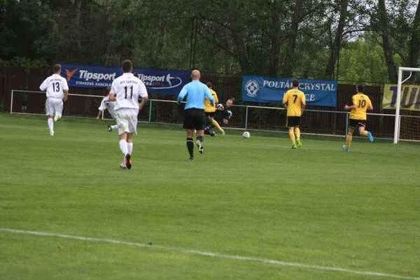 Gólová situácia. Sochovič, druhý zľava, strieľa prvý zo svojich dvoch gólov do siete brankára Dedinského.