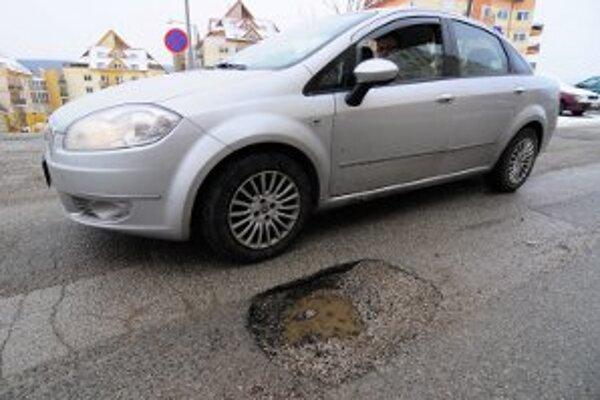 Zničené cesty trápia vodičov.
